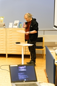 Author Teppo Kulmala lecturing on Eino Säisä.